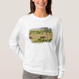 T-shirt Un éléphant africain frôlant dans les domaines des