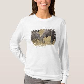 T-shirt Un éléphant africain frôlant dans les domaines du