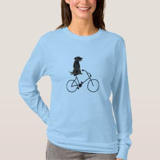 T-shirt Un Labrador noir montant une chemise de bicyclette
