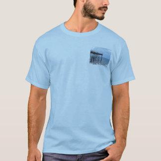 T-shirt Un pilier, un jour ensoleillé et un garçon sur un
