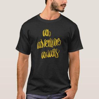 T-shirt Une aventure attend des citations d'aluminium de