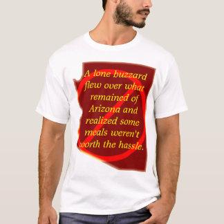 T-shirt Une buse solitaire a volé au-dessus de l'Arizona…