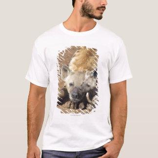 T-shirt Une femelle a repéré l'hyène et son petit animal,