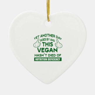 T-shirt végétalien drôle ornement cœur en céramique