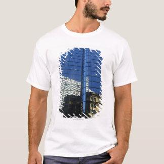 T-shirt Vue d'angle faible de la réflexion des bâtiments