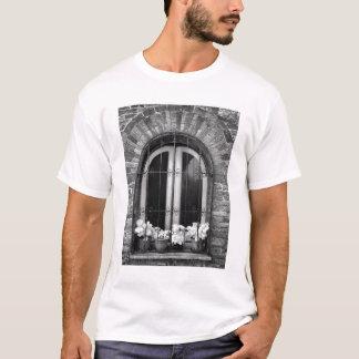 T-shirt Vue noire et blanche des pots de fenêtre et de