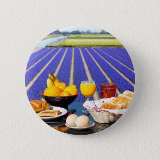 Tableau avec la nourriture et boisson près de badge rond 5 cm