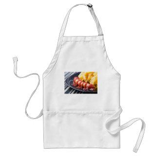Tablier Saucisses grillées et pomme de terre frite