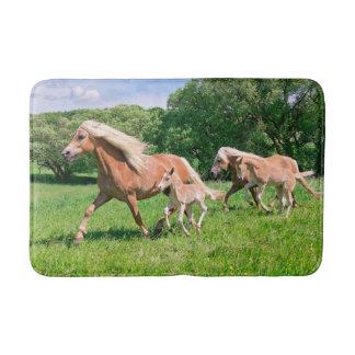 Tapis De Bain Les chevaux de Haflinger avec les poulains mignons