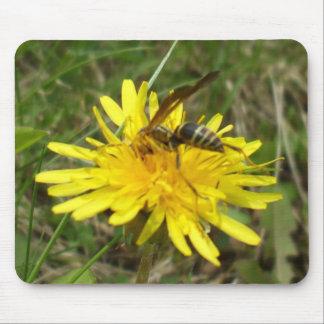 Tapis De Souris Abeille recueillant le miel sur la fleur de