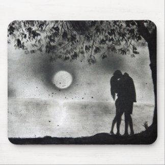 Tapis De Souris Amants embrassant sous l'arbre