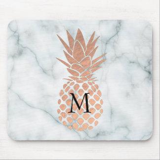 Tapis De Souris ananas rose d'or de monogramme sur le marbre