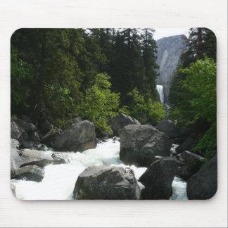 Tapis De Souris Automnes vernaux dans la distance chez Yosemite