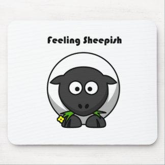 Tapis De Souris Bande dessinée timide se sentante d'agneau
