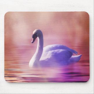 Tapis De Souris Cygne blanc flottant sur un lac brumeux