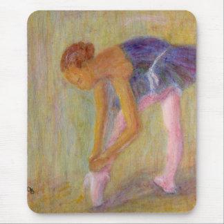 Tapis De Souris Danseur attachant ses chaussures de ballet,