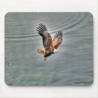 Tapis De Souris Eagle chauve américain volant au-dessus de l'océan