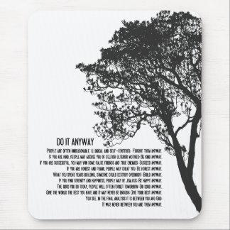 Tapis De Souris L'arbre noir et blanc le font de toute façon