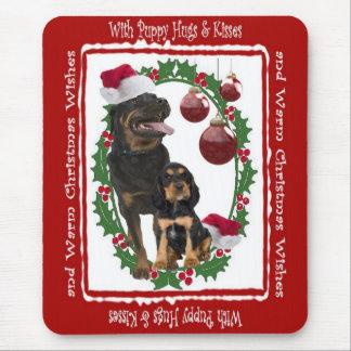 Tapis De Souris Le chiot de rottweiler étreint et embrasse Noël