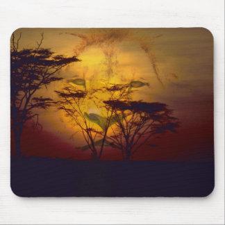 Tapis De Souris Lion regardant au-dessus du coucher du soleil