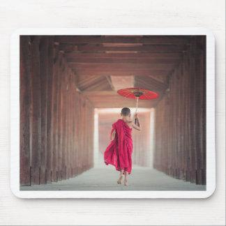 Tapis De Souris Moine bouddhiste avec le parapluie rouge