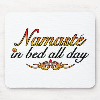 Tapis De Souris Namaste dans le lit toute la journée