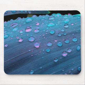Tapis De Souris Plan rapproché de gouttes de pluie, bleus planants