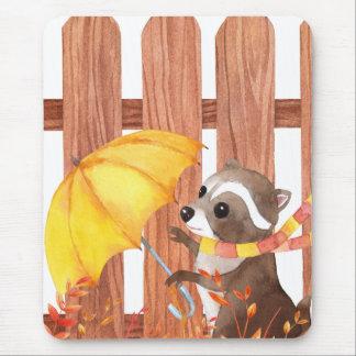 Tapis De Souris racoon avec le parapluie marchant par la barrière