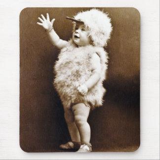 Tapis De Souris Sépia vintage adorable de bébé de fille de costume