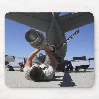 Tapis De Souris Un aviateur de l'Armée de l'Air d'USA soulève le