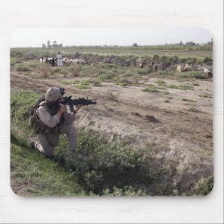 Tapis De Souris Un soldat balaye la distance