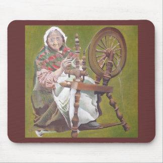 Tapis De Souris Vieille femme irlandaise s'asseyant à la roue de