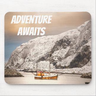 Tapis De Souris Vieux fishingboat en bois dans le paysage d'hiver