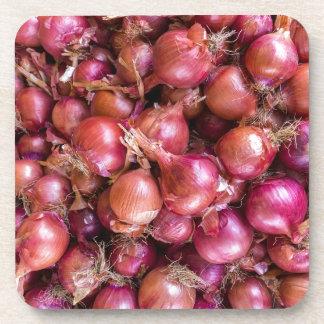 Tas des oignons rouges sur le marché sous-bocks