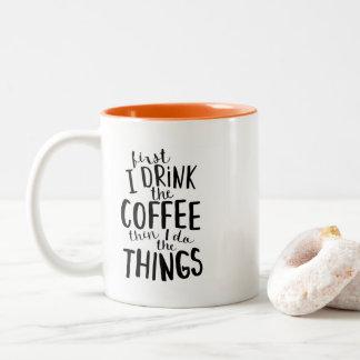 Tasse 2 Couleurs D'abord je bois du café alors que je fais les