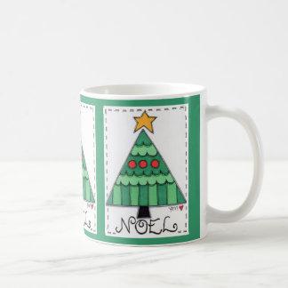 Tasse blanche classique joyeuse d'arbre de Noël de
