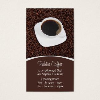 Tasse blanche de café-restaurant sur des grains de cartes de visite