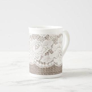 Tasse blanche de porcelaine tendre de dentelle de