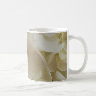 Tasse blanche d'hortensia de pétales