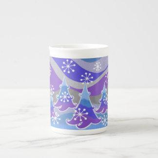 Tasse bleue de porcelaine tendre d'arbres d'hiver