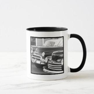 Tasse classique noire et blanche de voitures