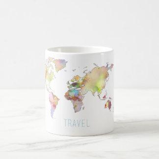 Tasse colorée de carte du monde de voyage