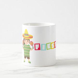 Tasse colorée de fille de maracas mexicains