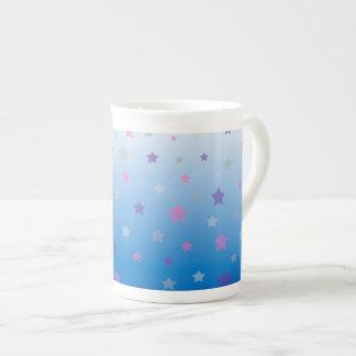 Tasse colorée de porcelaine tendre de profil sous