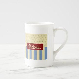 Tasse crème bleue avec du charme de porcelaine