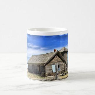 Tasse de café avec la photo de l'église abandonnée