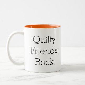 Tasse de café de roche d'amis de Quilty