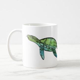 Tasse de café de tortue de mer de natation