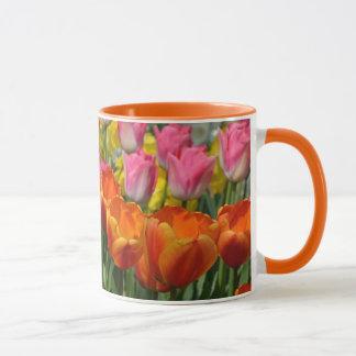 Tasse de café orange et rose de tulipes
