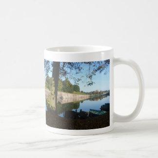 Tasse de café panoramique de murs et de bateaux à